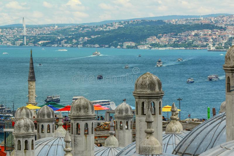 Άποψη Bosphorus Σκάφη που επιπλέουν στη θάλασσα στοκ εικόνα με δικαίωμα ελεύθερης χρήσης