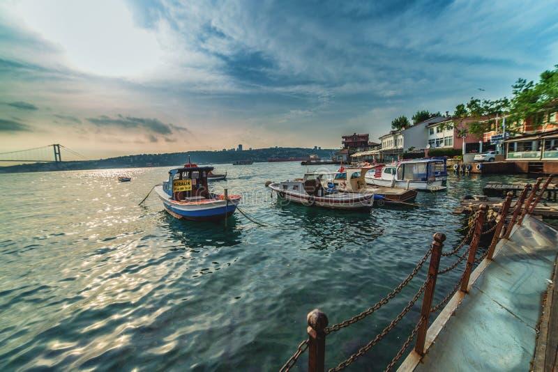 Άποψη Bosphorus στην περιοχή Cengelkoy στην ασιατική πλευρά της Ιστανμπούλ με την άποψη κατά τη διάρκεια του ηλιοβασιλέματος στοκ εικόνες με δικαίωμα ελεύθερης χρήσης