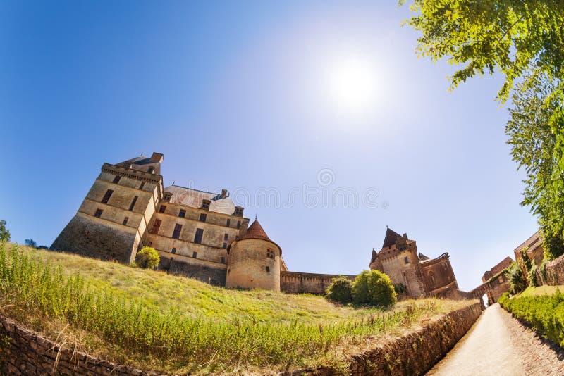 Άποψη Chateau de Biron του κάστρου στην ηλιόλουστη ημέρα στοκ φωτογραφίες