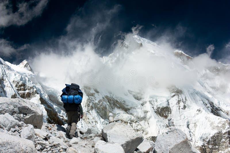 Άποψη Cho Oyu με το trekker στοκ εικόνες