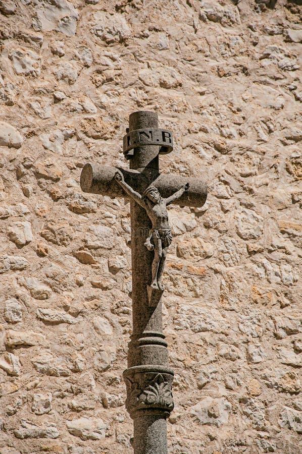 Άποψη crucifix και του τοίχου πετρών δίπλα στην εκκλησία σε Άγιος-Paul-de-Vence στοκ φωτογραφία με δικαίωμα ελεύθερης χρήσης