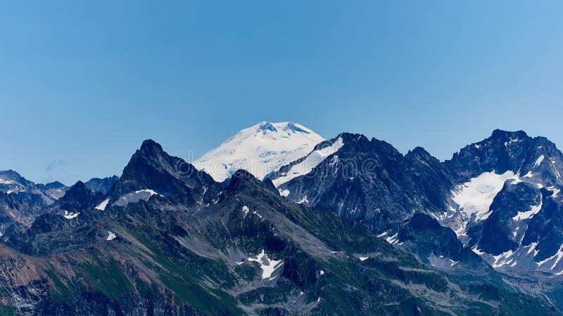 Άποψη Elbrus από την πλευρά Dombay Βόρειος Καύκασος, Ρωσία στοκ φωτογραφίες