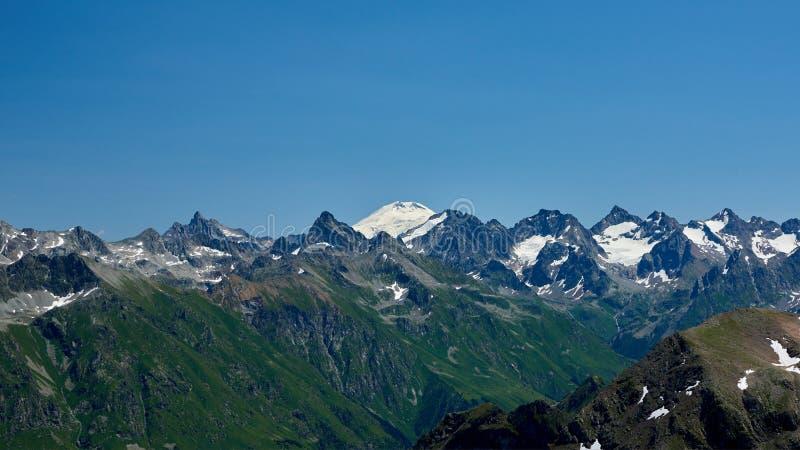Άποψη Elbrus από την πλευρά Dombay Dombay, βόρειος Καύκασος, Ρωσία στοκ εικόνα