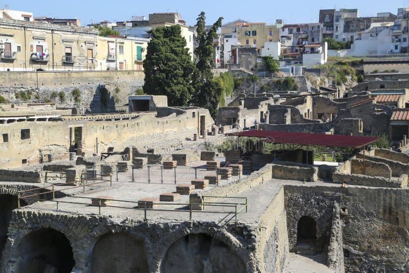Άποψη Herculaneum πέρα από την αρχαία ρωμαϊκή αρχαιολογική περιοχή, κοντά στη Νάπολη, Ιταλία στοκ εικόνα