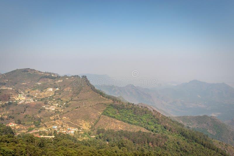 Άποψη Hill με τα πράσινα δέντρα στοκ φωτογραφίες με δικαίωμα ελεύθερης χρήσης