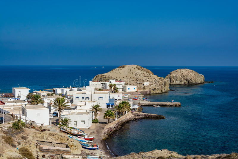 Άποψη Isleta del Moro, μια γραφική πόλη στο εθνικό πάρκο Cabo DA Gata στοκ φωτογραφία