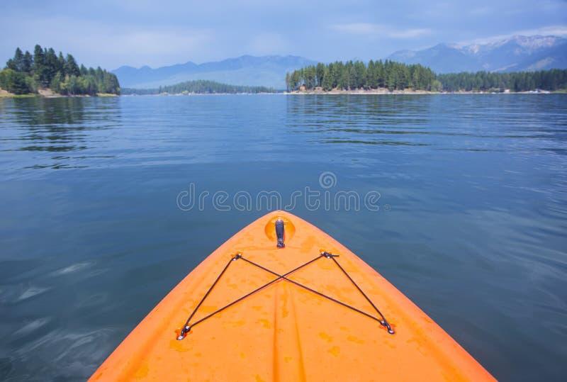 Άποψη Kayaking μιας όμορφης λίμνης βουνών στοκ εικόνα