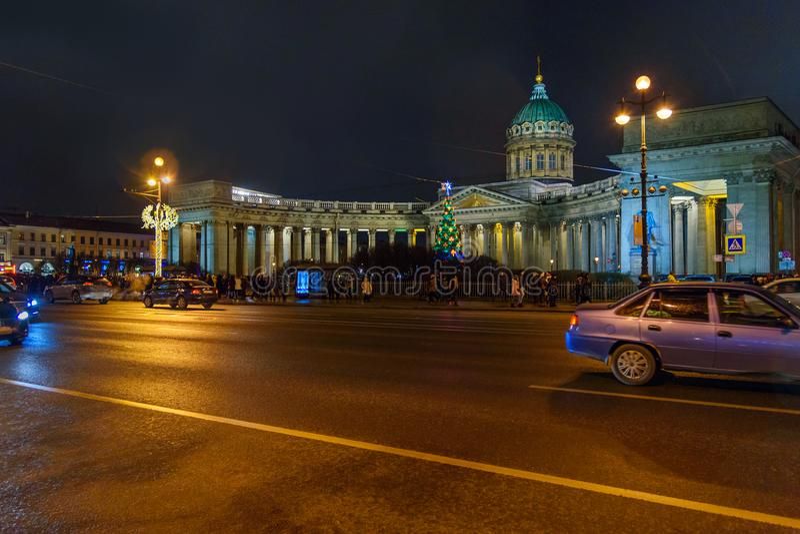 Άποψη Kazan του καθεδρικού ναού και του χριστουγεννιάτικου δέντρου τη νύχτα Πετρούπολη Άγιος Ρωσία στοκ φωτογραφίες με δικαίωμα ελεύθερης χρήσης