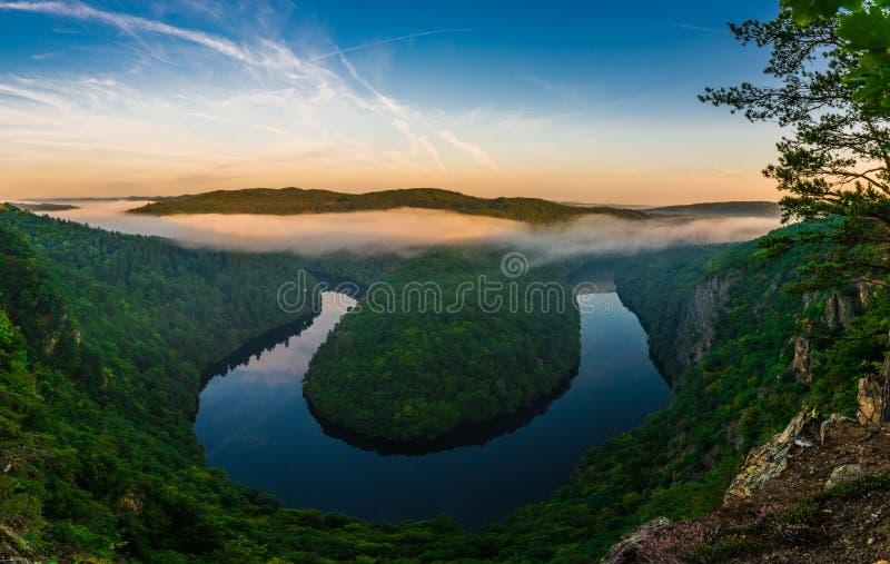 Άποψη Maj, πεταλοειδής μαίανδρος μορφής ποταμών Vltava στοκ εικόνες