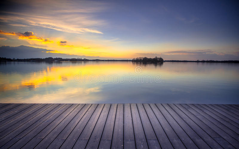 Άποψη Patio πέρα από τη λίμνη στο ηλιοβασίλεμα έτοιμο για το displa montage προϊόντων στοκ φωτογραφίες με δικαίωμα ελεύθερης χρήσης