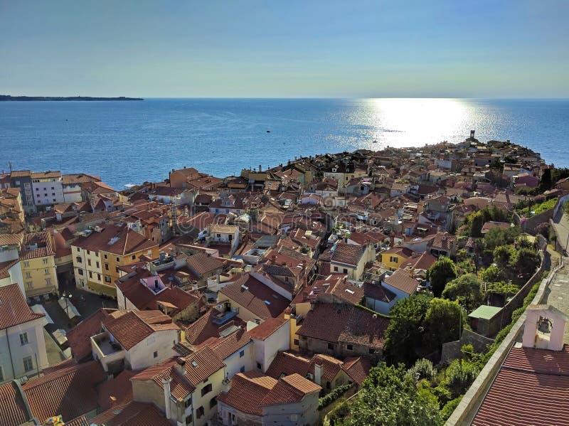 Άποψη Piran που περιβάλλεται άνωθεν από την αδριατική θάλασσα, Sloveni στοκ εικόνες με δικαίωμα ελεύθερης χρήσης