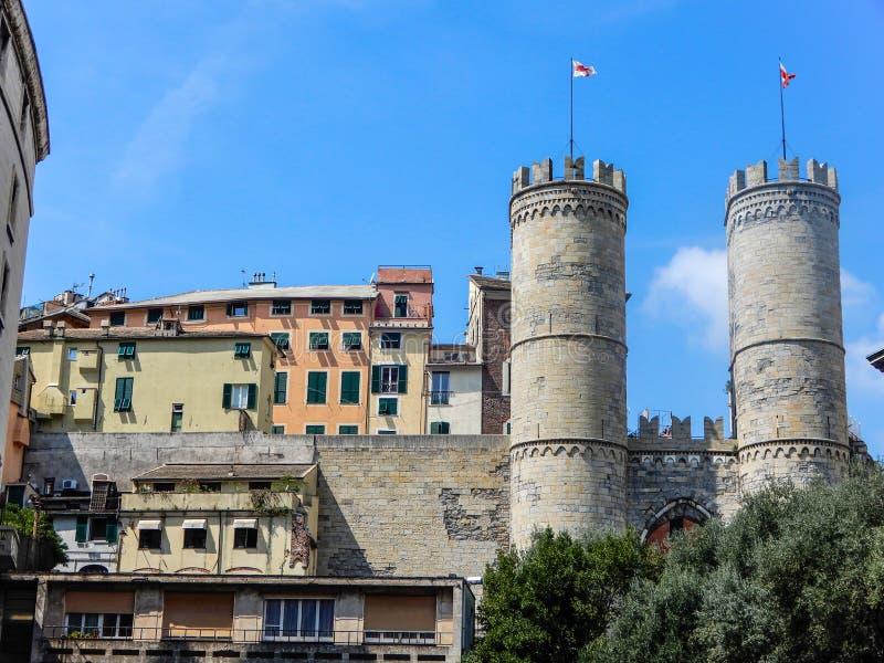 Άποψη Porta Soprana ή της πύλης Αγίου Andrew ` s ith ένα μέρος της παλαιάς πόλης στη Γένοβα, Ιταλία στοκ φωτογραφίες