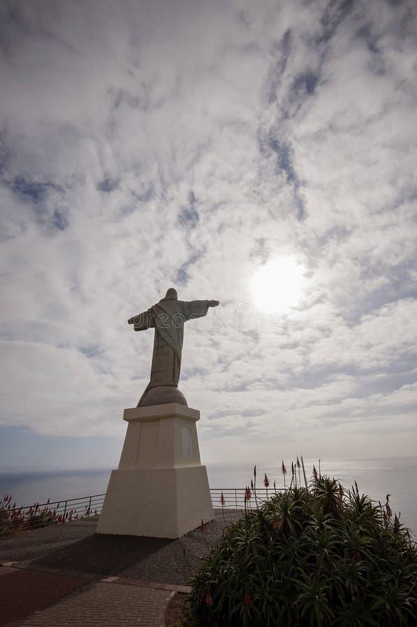 Άποψη Rei Cristo στη Μαδέρα Garajau Πορτογαλία Τοποθετημένος στον κόλπο του Φουνκάλ κοντά στον Ατλαντικό Ωκεανό στοκ εικόνες με δικαίωμα ελεύθερης χρήσης