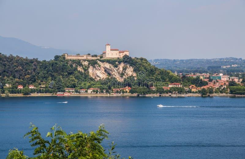 Άποψη Rocca Borromea στην πόλη Angera, Angera, λίμνη Maggiore, Βαρέζε, Λομβαρδία, Ιταλία στοκ εικόνα