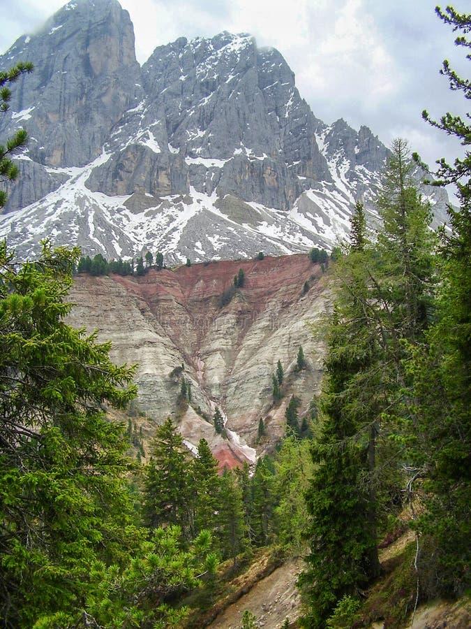 Άποψη Sass de Putia Peitlerkofel από Passo delle Erbe στους δολομίτες, Ιταλία στοκ εικόνα