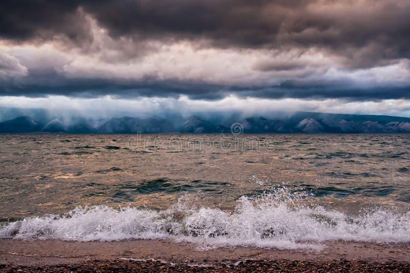 Άποψη seascape θύελλας με το κύμα και το βουνό στοκ φωτογραφία