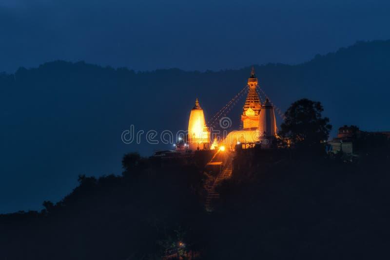 Άποψη Stupa στο ναό πιθήκων Swayambhunath στο λυκόφως στη Kath στοκ φωτογραφία