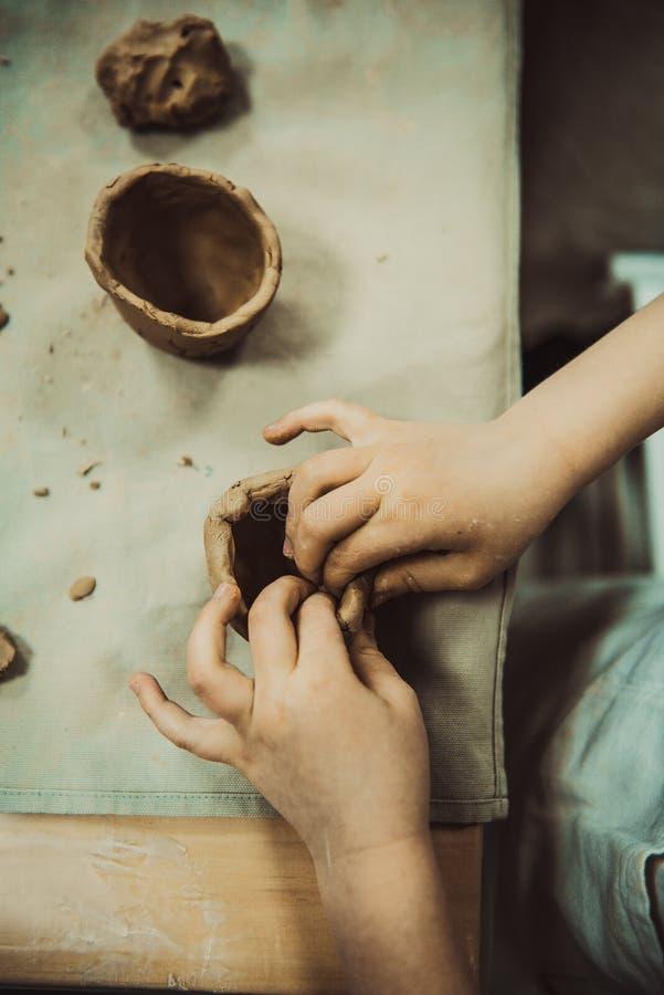 Άργιλος χεριών παιδιών sculpts στοκ φωτογραφία με δικαίωμα ελεύθερης χρήσης