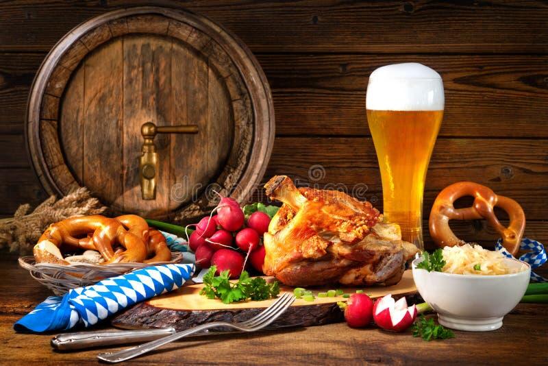 Άρθρωση χοιρινού κρέατος με την μπύρα και sauerkraut στοκ φωτογραφίες με δικαίωμα ελεύθερης χρήσης