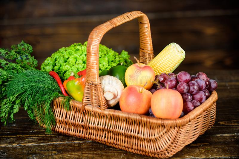 Άριστα ποιοτικά λαχανικά Αγοράστε τα φρέσκα homegrown λαχανικά Έννοια καταστημάτων παντοπωλείων Ακριβώς από τον κήπο παράδοση κιβ στοκ φωτογραφία με δικαίωμα ελεύθερης χρήσης
