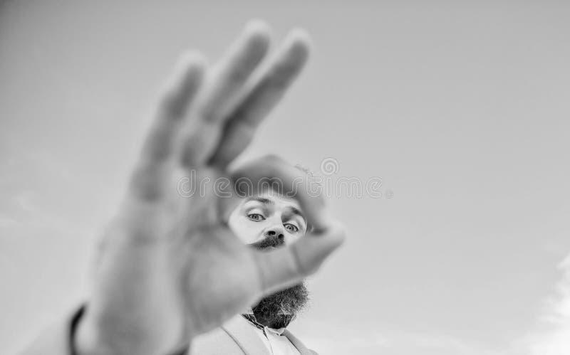 Άριστη έννοια Προσοχή και παρατήρηση κατασκόπευσης Ατόμων γενειοφόρος προσοχή κοστουμιών επιχειρηματιών επίσημη μέσω των δάχτυλων στοκ εικόνες με δικαίωμα ελεύθερης χρήσης