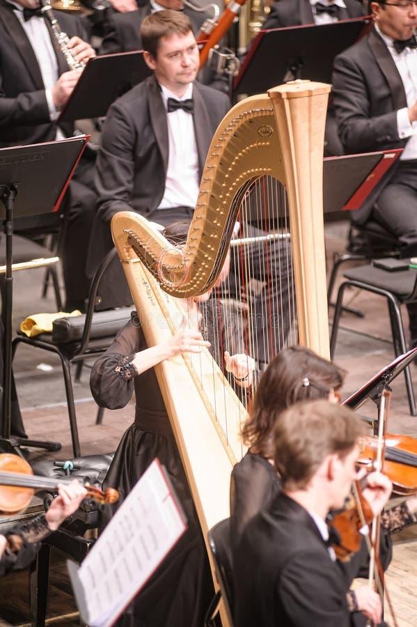 Άρπα παιχνιδιού γυναικών στην ορχήστρα Tyumen στοκ φωτογραφία με δικαίωμα ελεύθερης χρήσης