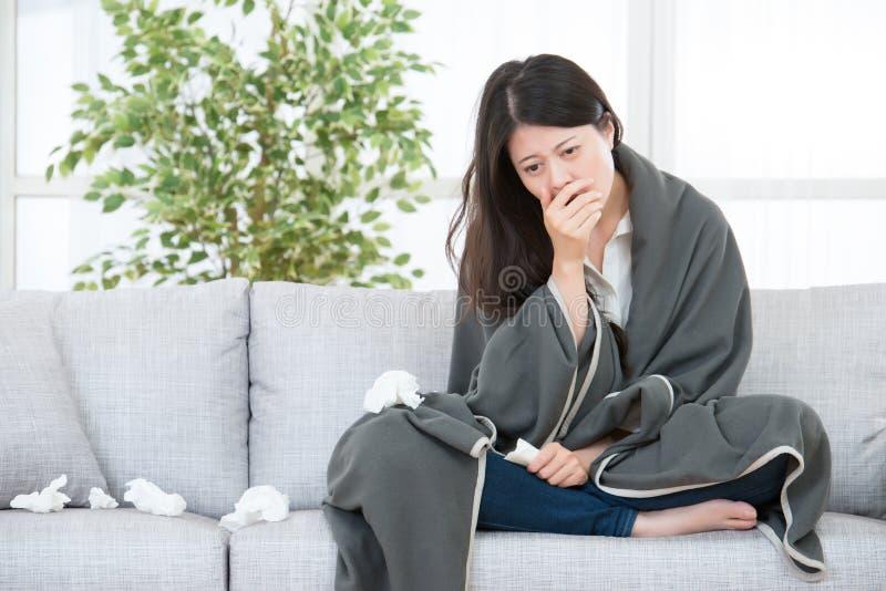 Άρρωστες πιασμένες γυναίκα κρύο και γρίπη γυναικών στοκ εικόνες