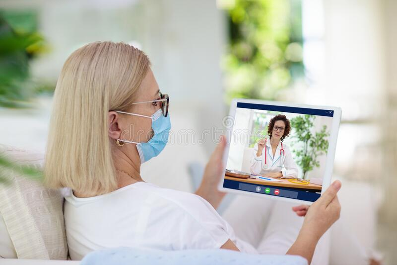 Άρρωστη γυναίκα με μάσκα που καλεί γιατρό στοκ φωτογραφία με δικαίωμα ελεύθερης χρήσης