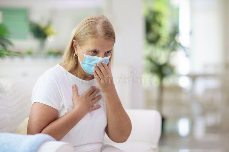 Άρρωστη γυναίκα με μάσκα προσώπου Άρρωστος ανώτερος βήχας στοκ εικόνες