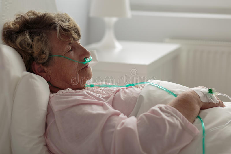 Άρρωστη γυναίκα με τη ρινική κάννουλα στοκ φωτογραφία