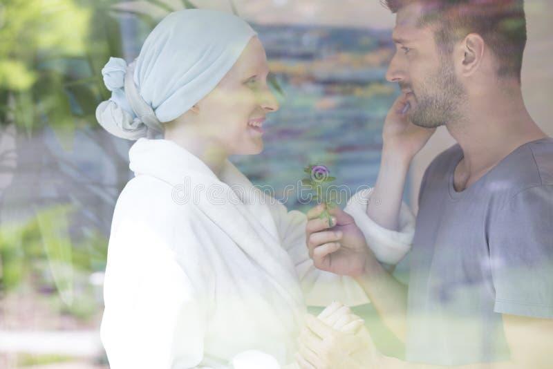 Άρρωστη γυναίκα με τον καρκίνο στο νοσοκομείο και το supportin συζύγων της στοκ φωτογραφία με δικαίωμα ελεύθερης χρήσης