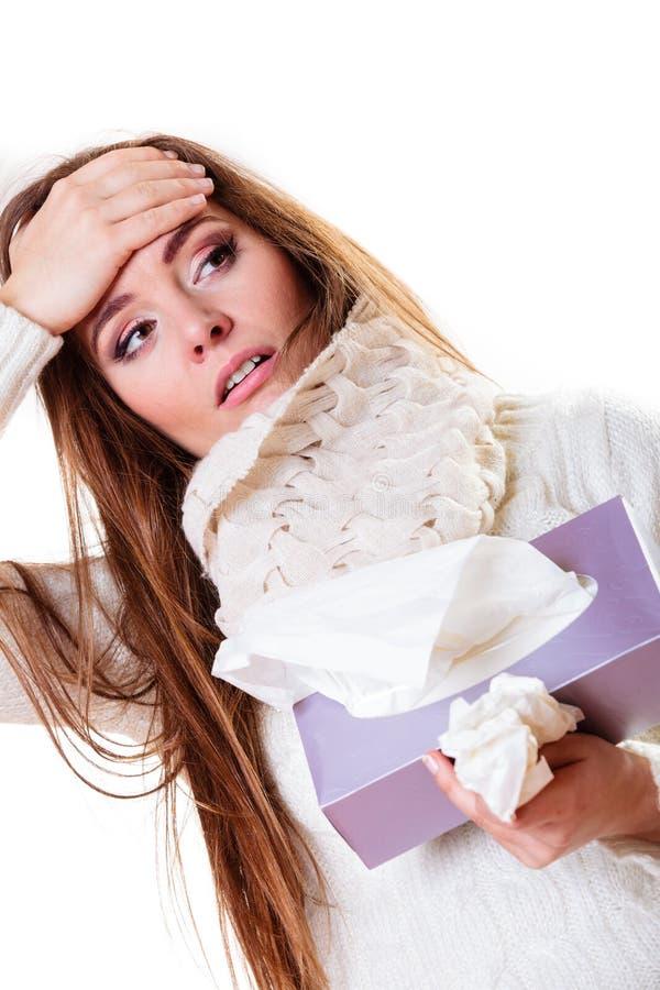Άρρωστη γυναίκα με τον πυρετό που φτερνίζεται στον ιστό ανθίστε το χρονικό χειμώνα χιονιού στοκ φωτογραφία