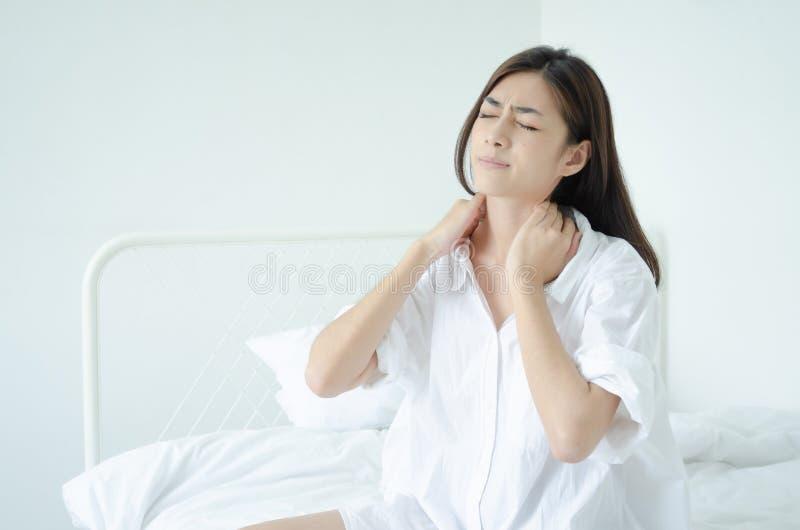 Άρρωστη γυναίκα με τον πόνο στοκ φωτογραφία με δικαίωμα ελεύθερης χρήσης