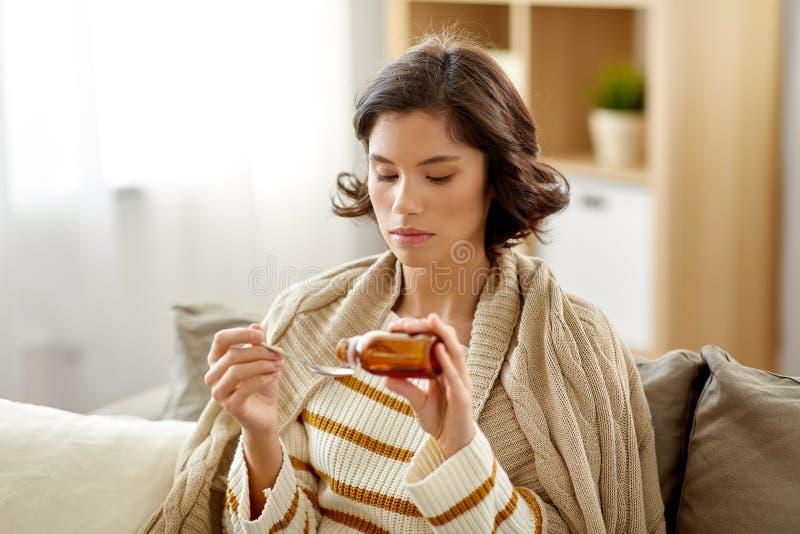 Άρρωστη γυναίκα με το αντιπυρετικό ή σιρόπι βήχα στο σπίτι στοκ εικόνες με δικαίωμα ελεύθερης χρήσης