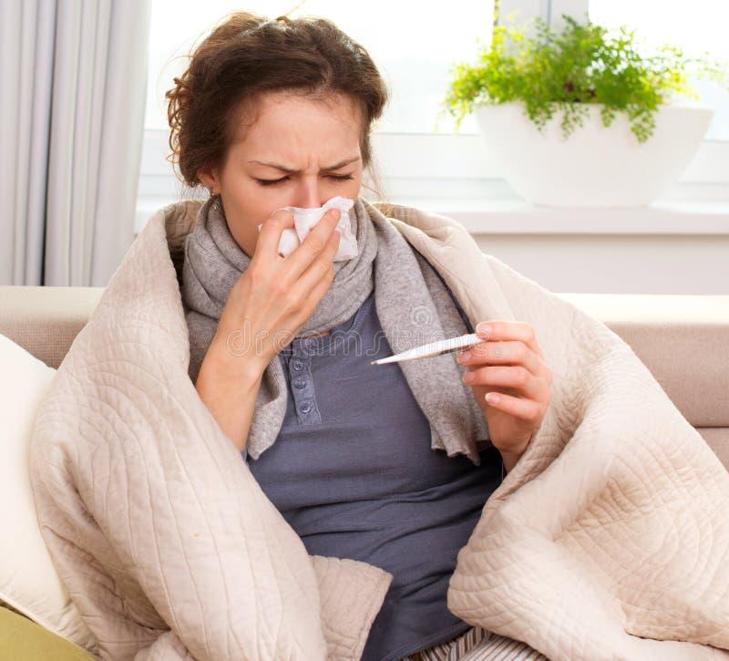 Άρρωστη γυναίκα με το θερμόμετρο στοκ φωτογραφίες