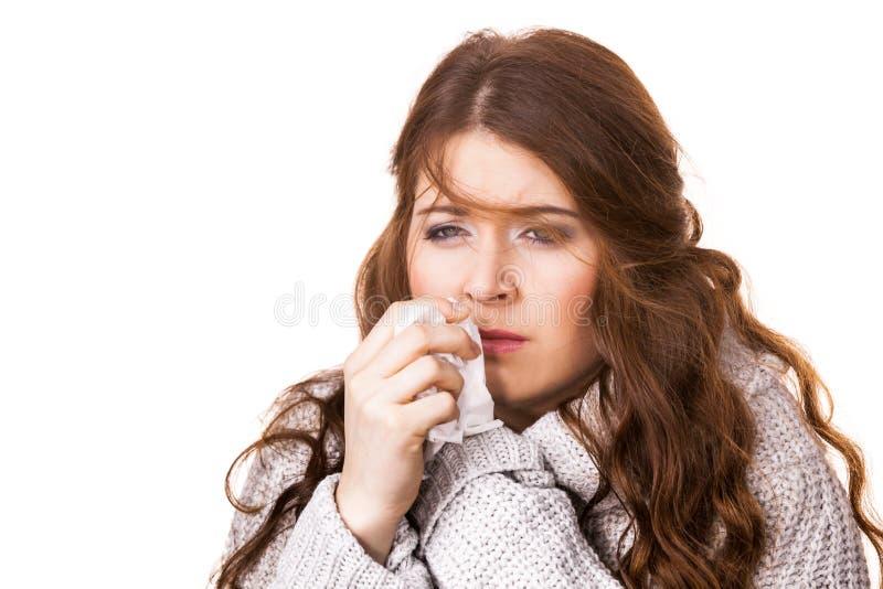 Άρρωστη γυναίκα παγώματος που φτερνίζεται στον ιστό στοκ φωτογραφία με δικαίωμα ελεύθερης χρήσης