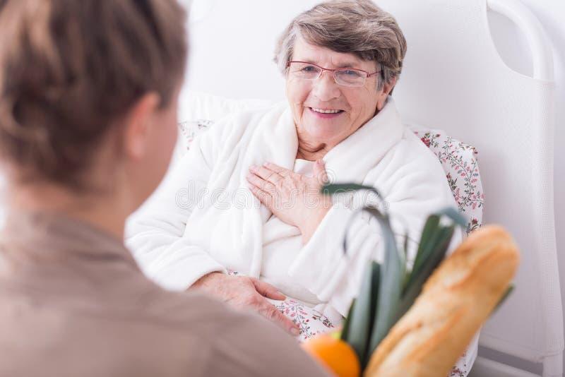 Άρρωστη γυναίκα που έχει την οικογενειακή υποστήριξη στοκ φωτογραφία με δικαίωμα ελεύθερης χρήσης