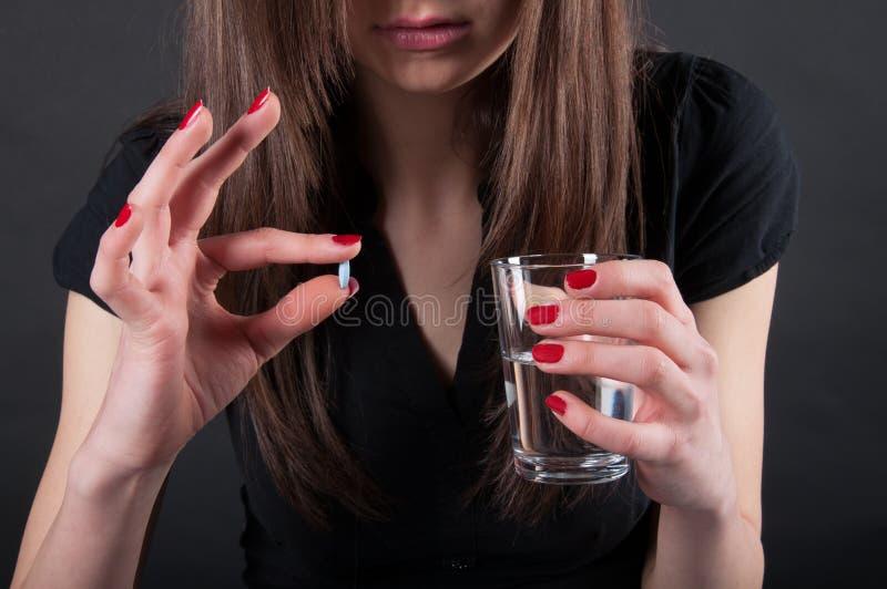 Γυναίκα που παίρνει το χάπι στοκ φωτογραφία