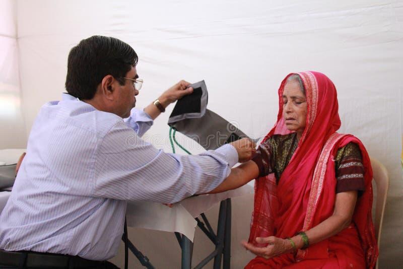 Άρρωστη ηλικιωμένη ινδική φυλετική γυναίκα στοκ φωτογραφία με δικαίωμα ελεύθερης χρήσης