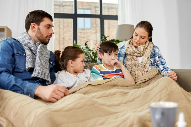 Άρρωστη οικογένεια με τα παιδιά που έχουν γρίπη στο σπίτι στοκ φωτογραφία με δικαίωμα ελεύθερης χρήσης