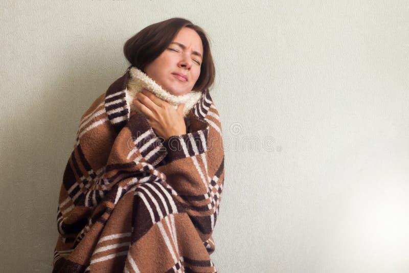 Άρρωστοι, γυναίκα γρίπης Πιασμένο κρύο Νέα όμορφη γυναίκα με έναν πόνο λαιμού στοκ φωτογραφία με δικαίωμα ελεύθερης χρήσης
