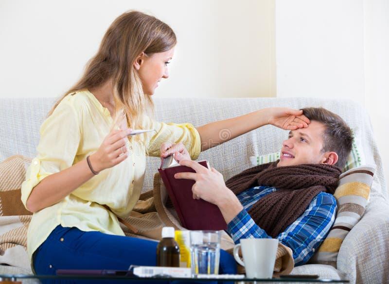 Άρρωστος τύπος με το σωλήνα και το νοσηλευτικό κορίτσι στοκ εικόνες