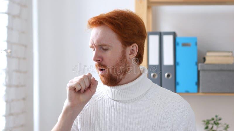 Άρρωστο άτομο με τις κόκκινες τρίχες που βήχει, μόλυνση λαιμού στοκ εικόνες με δικαίωμα ελεύθερης χρήσης