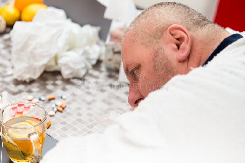 Άρρωστο άτομο που υφίσταται το τσάι κατανάλωσης ιών γρίπης κρύου και χειμώνα στοκ εικόνα με δικαίωμα ελεύθερης χρήσης