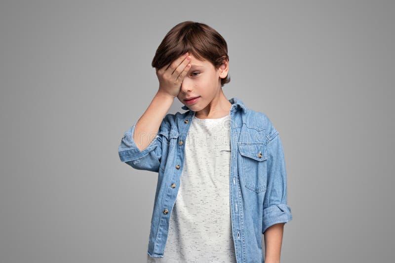 """Άρρωστο αγόρι σχετικά με Ï""""Î¿ μέτωπο στοκ φωτογραφίες"""