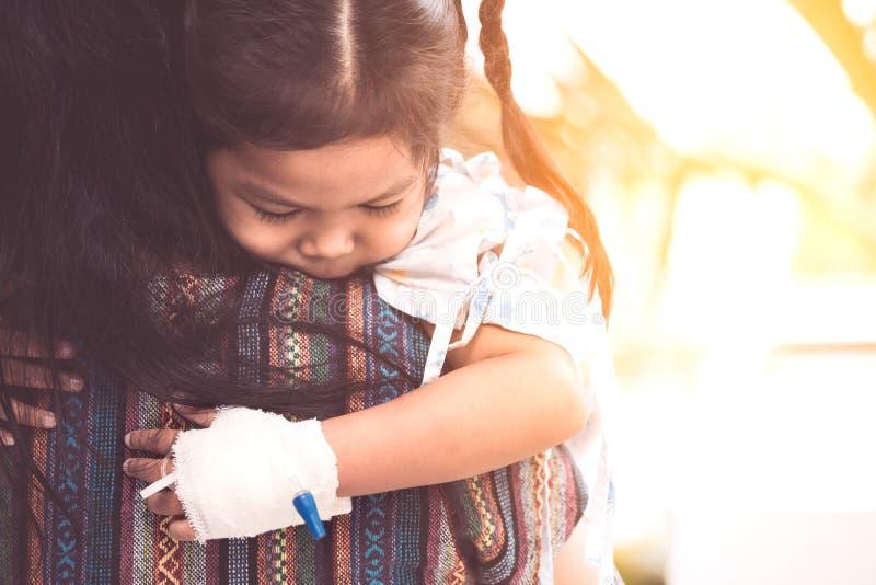 Άρρωστο κορίτσι παιδιών που αγκαλιάζει και που στηρίζεται στο mother& της x27 ώμος του s στοκ φωτογραφία με δικαίωμα ελεύθερης χρήσης
