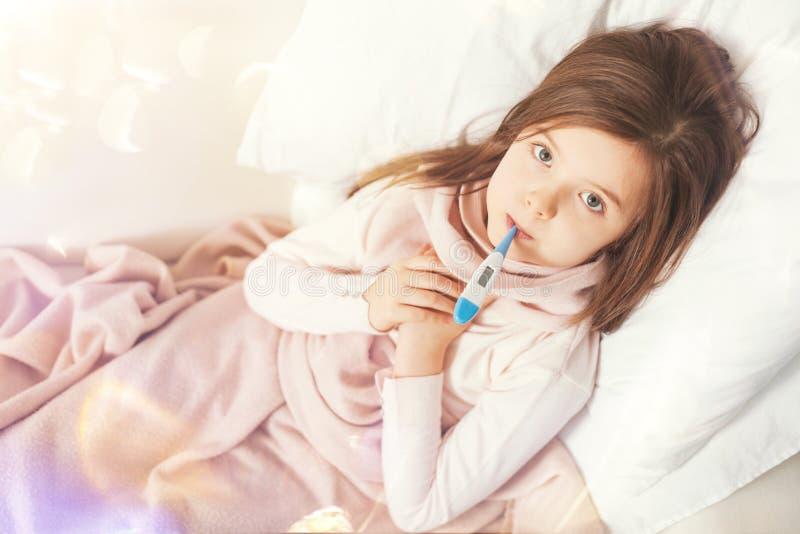 Άρρωστο παιδί που εξετάζει ευθύ τη κάμερα στοκ φωτογραφία με δικαίωμα ελεύθερης χρήσης