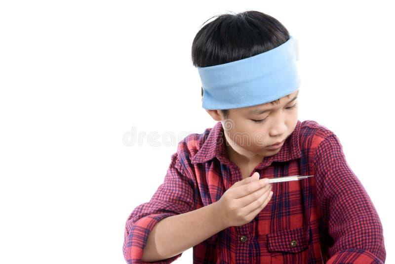 Άρρωστο termometer χρήσης αγοριών στοκ εικόνες με δικαίωμα ελεύθερης χρήσης