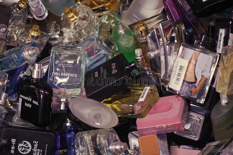 Άρωμα, άρωμα, αποσμητικά μπουκάλια αρώματος έννοιας ομορφιάς μόδας αρωματοποιιών στο kyiv, Ουκρανία στοκ φωτογραφία με δικαίωμα ελεύθερης χρήσης