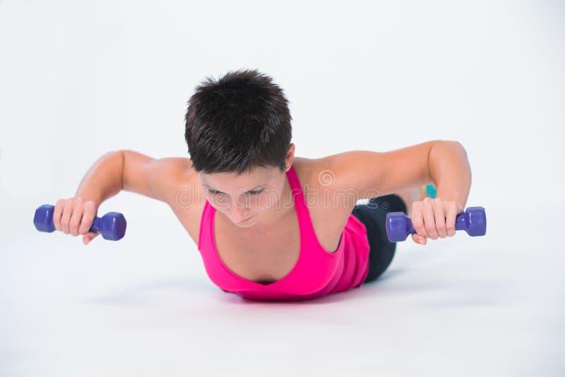 Άσκηση αλτήρων βαρών workout στοκ εικόνες